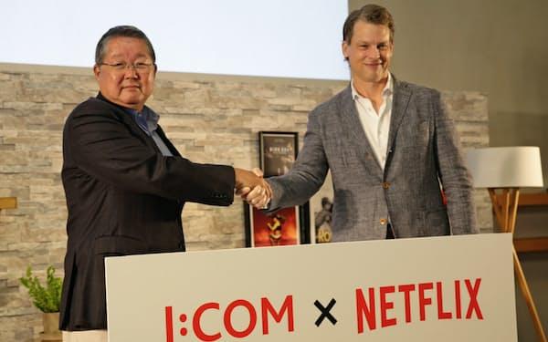 4日、記者会見したJCOMの井村公彦社長(左)とネットフリックスのピーターズ氏(東京都港区)