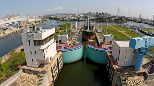 水位が調節され運河側から入った船が海側へ進む様子=兵庫県尼崎港管理事務所提供