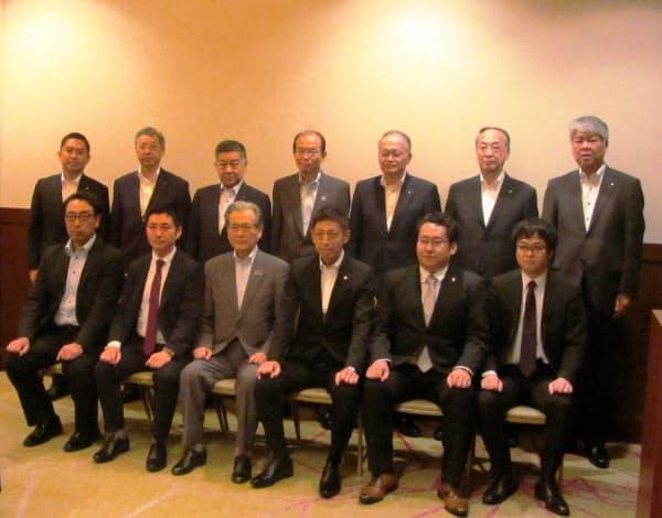 「岡山県しんきん事業承継プラットフォーム」の発足式後の記念撮影に臨む8信金の理事長ら