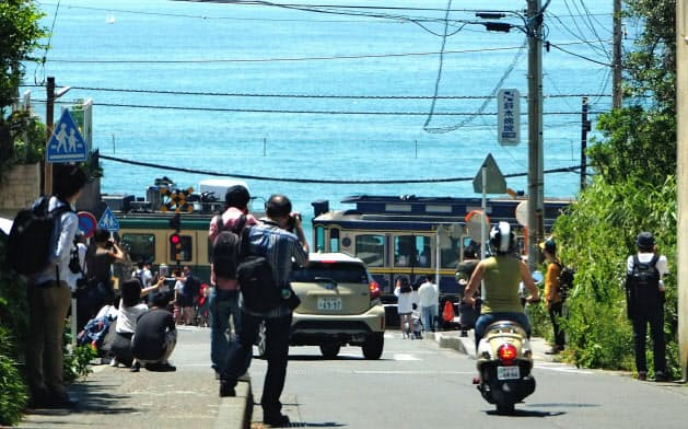 鎌倉市は線路沿いなどでの撮影自粛を求める条例も制定した(5月、神奈川県鎌倉市)
