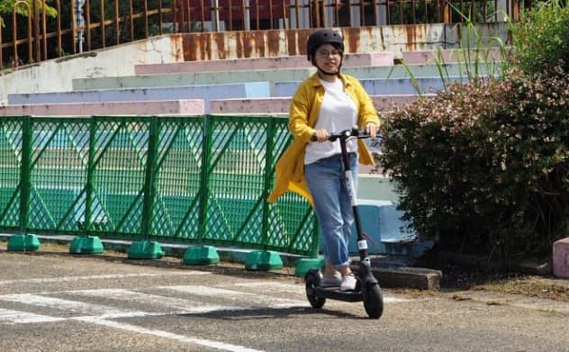 最高時速24キロで進む電動キックボードは手軽に移動できる(福岡市)