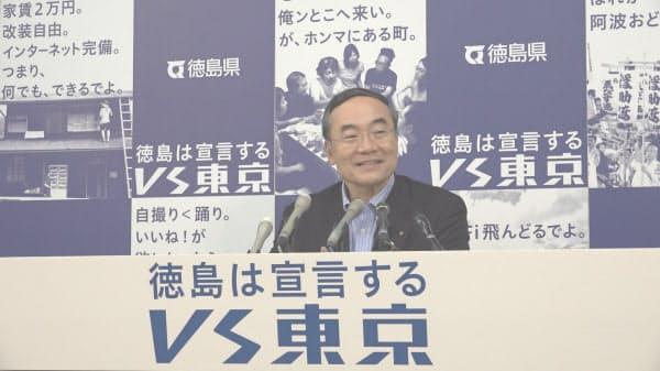 全国知事会長に就任後、地元で会見する徳島県の飯泉嘉門知事(4日、徳島市)