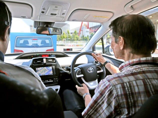 トヨタ自動車が企画した安全運転の講習を受けるドライバー(東京都江東区)