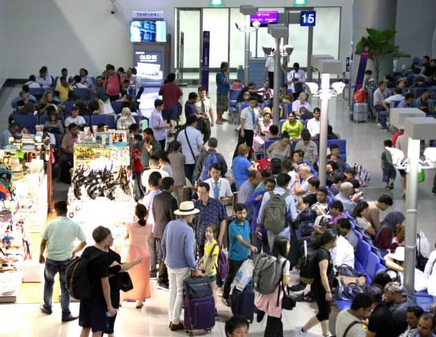 観光客でにぎわうベトナムのタンソンニャット国際空港(8月6日、ホーチミン市)=石井理恵撮影