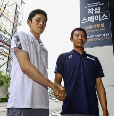 2次リーグを前に握手を交わす佐々木(左)と奥川(韓国・機張)=共同