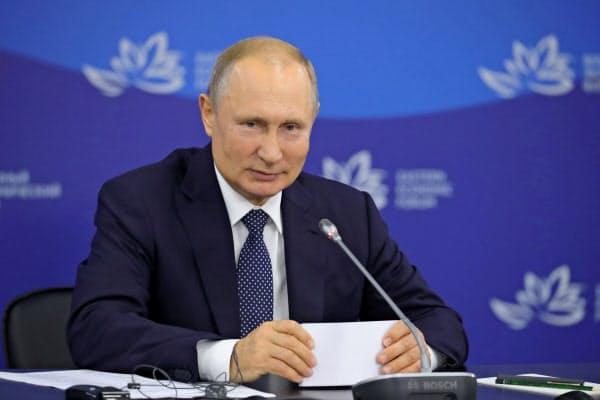 東方経済フォーラムに出席したロシアのプーチン大統領(4日、ウラジオストク)=ロイター