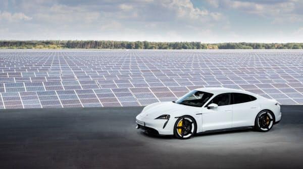 ポルシェ初のEV「タイカン」。ドイツでは太陽光発電所で発表会を開いた(同社提供)