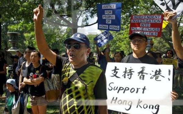 ホワイトハウス前で香港の抗議デモへの連帯を示す人々=AP