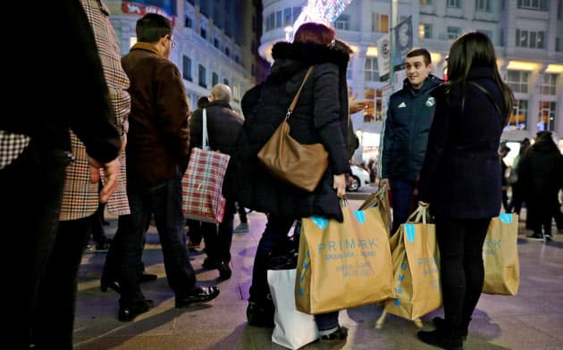 好調なスペイン経済は旺盛な家計消費に支えられている(マドリード中心部の商業地)=ロイター