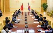 中国の王毅外相と北朝鮮の李容浩(リ・ヨンホ)外相(2日、平壌)=ロイター