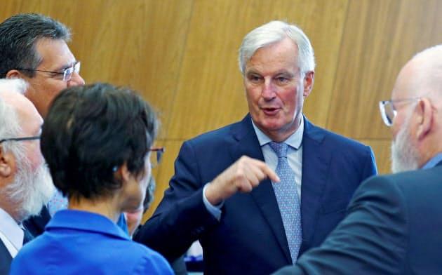 4日、EU本部で欧州委員と話すバルニエ首席交渉官=ロイター
