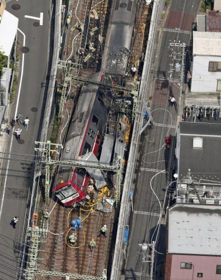 京浜急行の神奈川新町―仲木戸間の踏切で、トラックと電車が衝突した事故現場(5日午後、横浜市神奈川区)=共同