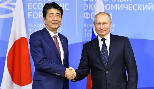 会談前、握手するロシアのプーチン大統領(右)と安倍首相(5日、ロシア・ウラジオストク)=共同