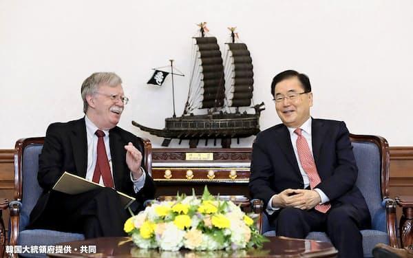 青瓦台の「外交派」は日韓GSOMIAの延長を訴えた(7月24日、ソウルで会談する韓国大統領府の鄭義溶・国家安保室長(右)とボルトン米大統領補佐官)=韓国大統領府提供・共同