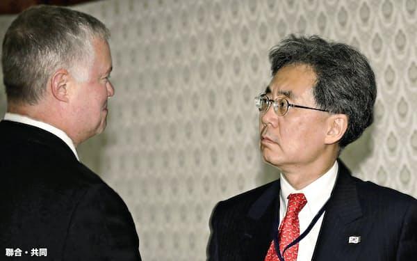 韓国大統領府の金鉉宗・国家安保室第2次長(右)は政権内で発言力を強めている(8月22日、ソウルでの会談に先立ち米国のビーガン北朝鮮担当特別代表(左)と握手する金氏)=聯合・共同
