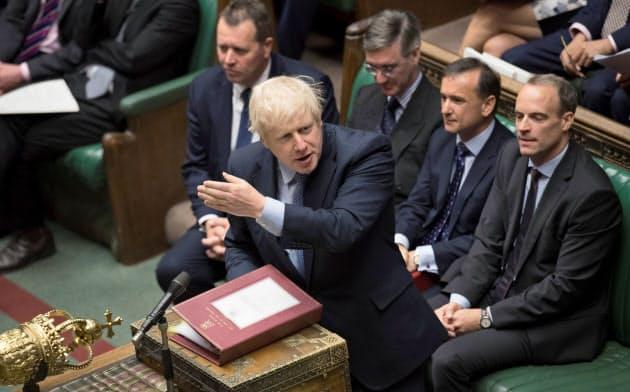 英下院で討論するジョンソン英首相=ロイター