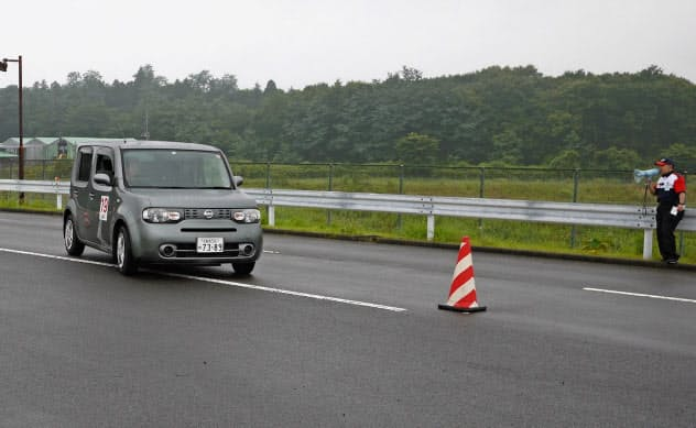 スラローム走行する乗用車(栃木県鹿沼市の栃木県運転免許センターの試験コース)