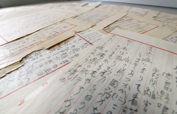 昭和天皇の直筆と見られる和歌が書き込まれた罫紙(3月23日)