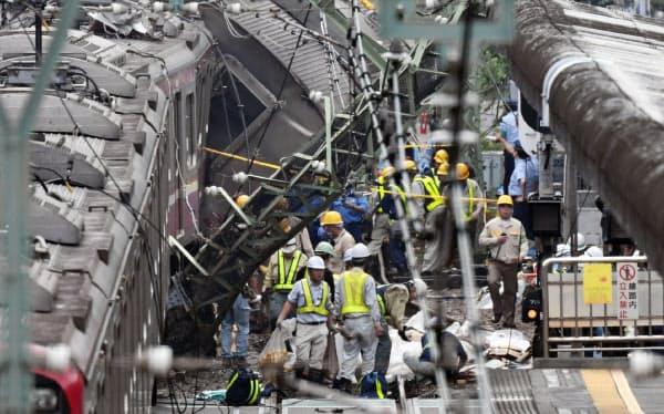 京浜急行の電車とトラックが衝突した現場に集まる作業員ら(5日午後、横浜市神奈川区)