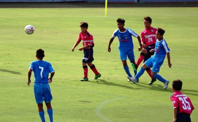 C大阪の育成チームと対戦するアジア選抜(青のユニホーム)