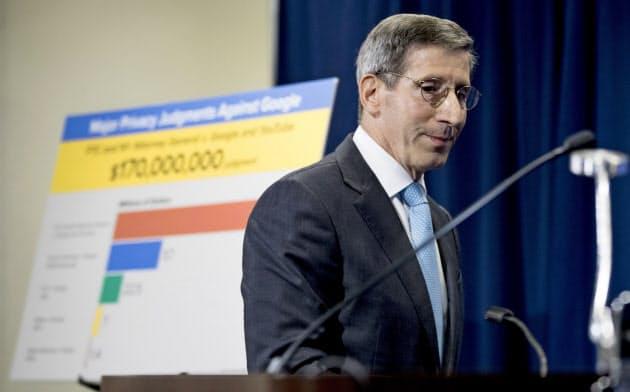 4日、米グーグルへの制裁金を発表した米連邦取引委員会(FTC)のジョー・シモンズ委員長=AP