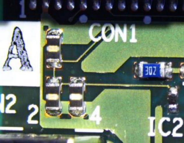 三菱電機が開発した「金属腐食センサー(中央左部分)」。小型でプリント基板に設置できる。