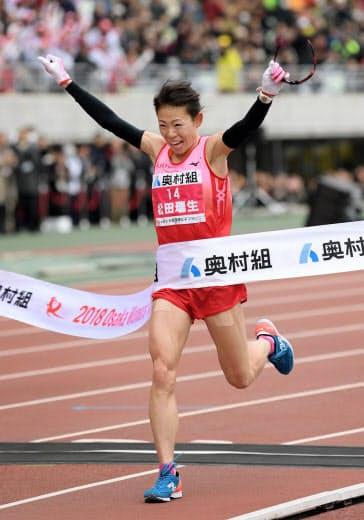 松田は初参戦の大阪国際女子マラソンを2時間22分44秒で優勝=共同