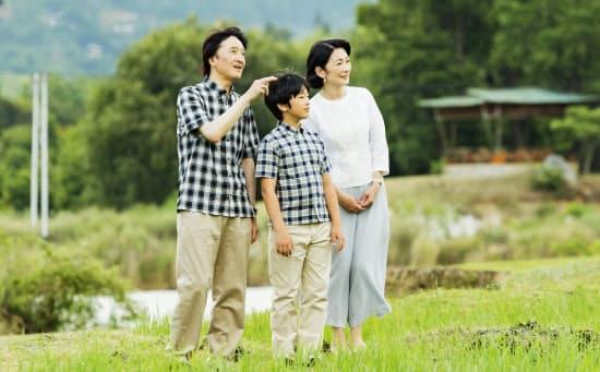 訪問先、プナカで景色を見る秋篠宮ご夫妻と悠仁さま(中)(8月、ブータン)=宮内庁提供