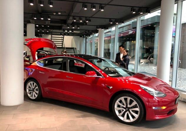 テスラ「モデル3」が欧州のEV販売をけん引する(独フランクフルト市内のショールーム)