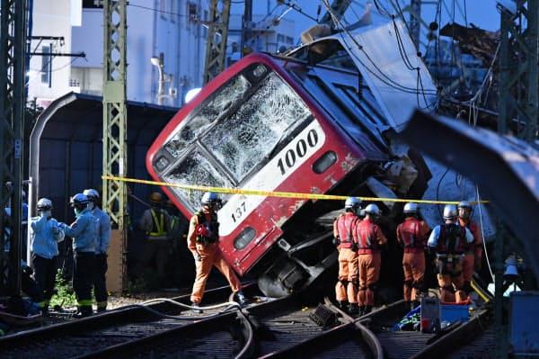 トラックと衝突し脱線した京浜急行の車両(5日、横浜市神奈川区)