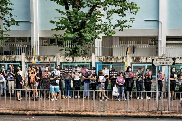 「人間の鎖」をつくって普通選挙の実現など「五大要求」を訴える学生ら=5日、香港(ゲッティ=共同)