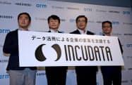 5日、新会社を発表したソフトバンクの今井康之副社長(右から2人目)ら(東京都港区)