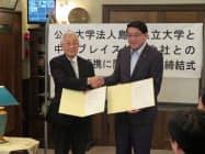 包括的連携協定を結んだ島根県立大学の清原正義理事長兼学長(右)と中村ブレイスの中村俊郎会長(5日、大田市)