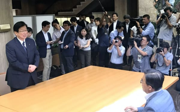 静岡県の川勝平太知事(左)は愛知県の大村秀章知事(右)を訪問し、リニア中央新幹線の建設工事について意見交換した(名古屋市)