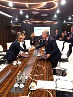 基本合意書を締結し握手する西部ガスの道永社長(左)とノバテクのミヘルソン社長(5日、ウラジオストク)
