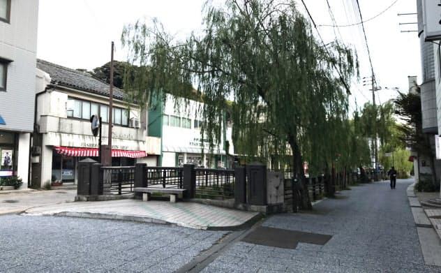韓国人客であふれかえっていた厳原町の繁華街は閑散としている(9月1日、対馬市)