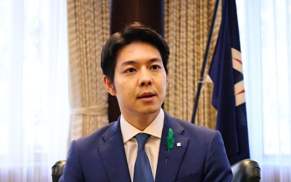 インタビューに応じる北海道の鈴木直道知事