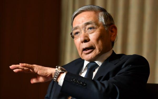 インタビューに答える日銀の黒田総裁(日銀本店)