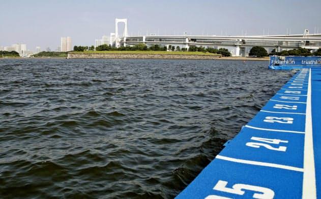 水質悪化でパラトライアスロンのスイムが中止に(東京・お台場海浜公園)=共同