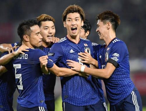 日本―パラグアイ 前半、先制ゴールを決め、長友らイレブンと喜ぶ大迫=中央(5日、カシマ)=共同
