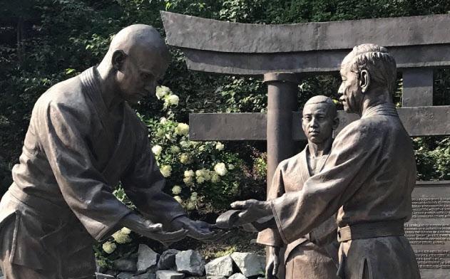 柔道の創始者、嘉納治五郎(右)とロシア柔道の祖とされるワシリー・オシェプコフの銅像(ウラジオストク)