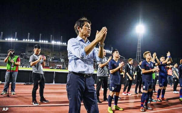 ベトナムと引き分け、サポーターにあいさつするタイ代表を率いる西野朗・前日本代表監督=手前(5日、バンコク近郊)=AP