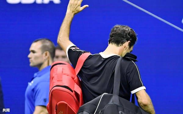 男子シングルス準々決勝で敗退し、力なく会場から引き揚げるロジャー・フェデラー=共同