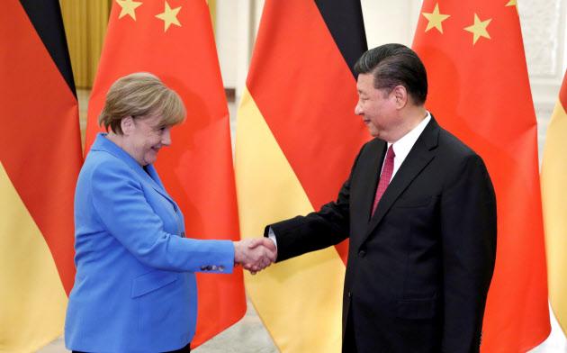中国の人権問題にメルケル独首相(左)がどのような姿勢を示すのかが注目される=ロイター