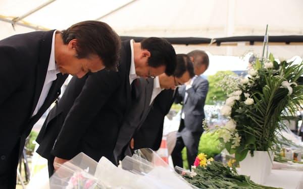 厚真町役場前で献花する宮坂尚市朗町長(左から3番目)ら