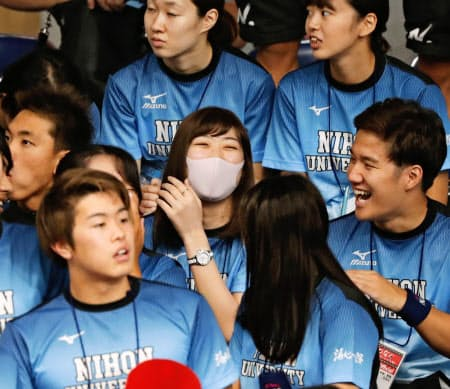 競泳の日本学生選手権を観戦に訪れ、談笑する池江璃花子選手(中央、6日午前、東京辰巳国際水泳場)=共同