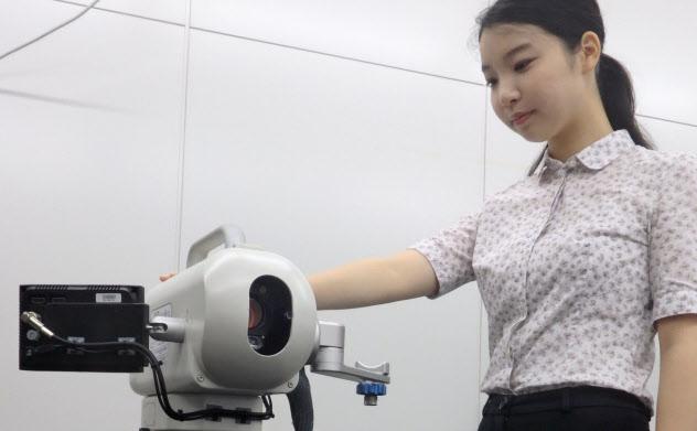 警察庁が早稲田大などと共同開発した新型指紋解析装置(東京・新宿、写真は試作版)