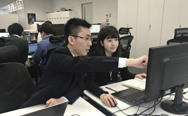 RPAホールディングスのインターンシップでは学生(右)が実務を通じて社風を理解する