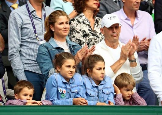 ウィンブルドン決勝の観客席でフェデラーをたたえる妻のミルカさんら=ロイター