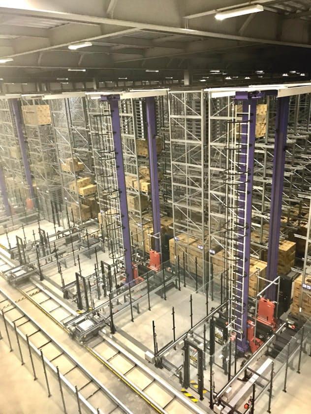 自動立体倉庫などで生産、出荷工程をほぼ無人化した(福岡県苅田町のユニ・チャーム九州工場)